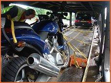 La moto y el tren - © 2004 KAMA Systems Amsterdam