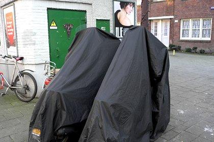 Twee burka's en een blote schouder