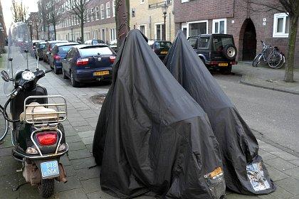 Twee burka's in de Pijp